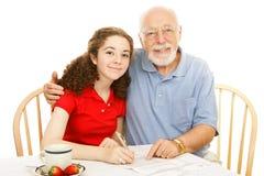 παππούς που βοηθά τον έφηβ&omi Στοκ εικόνες με δικαίωμα ελεύθερης χρήσης