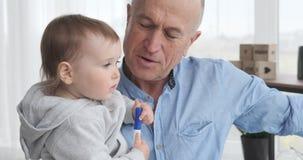Παππούς που μιλά με την εγγονή μωρών φιλμ μικρού μήκους