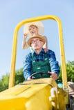 Παππούς που παίρνει τη γιαγιά για το γύρο στο ρυμουλκό τρακτέρ πέρα από την επαρχία Στοκ φωτογραφία με δικαίωμα ελεύθερης χρήσης