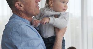 Παππούς που πηδά με την εγγονή μωρών απόθεμα βίντεο