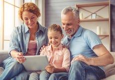 Παππούδες και γιαγιάδες και μικρό κορίτσι στο σπίτι στοκ εικόνα