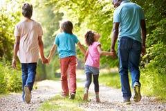 Παππούδες και γιαγιάδες με τα εγγόνια που περπατούν μέσω της επαρχίας Στοκ φωτογραφία με δικαίωμα ελεύθερης χρήσης