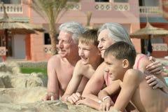 Παππούδες και γιαγιάδες με τα εγγόνια στη λίμνη Στοκ Εικόνες