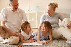 Παππούδες και γιαγιάδες με τις εγγονές Στοκ Εικόνες