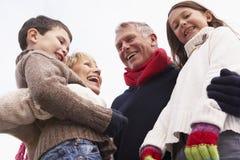 Παππούδες και γιαγιάδες που αγκαλιάζουν τα εγγόνια τους Στοκ φωτογραφία με δικαίωμα ελεύθερης χρήσης