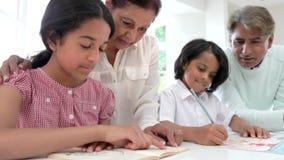 Παππούδες και γιαγιάδες που βοηθούν τα εγγόνια με την εργασία απόθεμα βίντεο