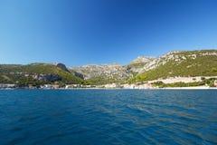 Παράβλεψη της αδριατικής θάλασσας, η Μεσόγειος σε ένα μικρού χωριού Klek, Δαλματία Στοκ φωτογραφία με δικαίωμα ελεύθερης χρήσης