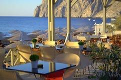 Παράβλεψη του καφέ παραλιών, Santorini Στοκ Εικόνες