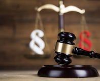 Παράγραφος, θέμα νόμου, σφύρα του δικαστή, ξύλινο gavel στοκ φωτογραφίες