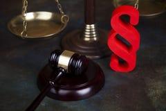 Παράγραφος, θέμα νόμου, σφύρα του δικαστή, ξύλινο gavel στοκ εικόνα