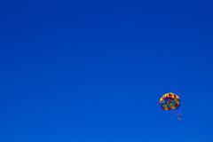 Παράγραφος που πλέει στο σαφή μπλε ουρανό Στοκ Εικόνες
