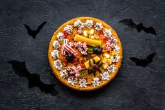 Παράδοση αποκριών Πίτα και ρόπαλα κολοκύθας στη μαύρη τοπ άποψη υποβάθρου Στοκ Εικόνες