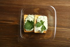 Παράδοση στο σπίτι ενός διαιτητικού πρόχειρου φαγητού από το τυρί εξοχικών σπιτιών, τα πράσινα και τα μπισκότα σε ένα εμπορευματο Στοκ Φωτογραφίες