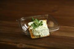 Παράδοση στο σπίτι ενός διαιτητικού πρόχειρου φαγητού από το τυρί εξοχικών σπιτιών, τα πράσινα και τα μπισκότα σε ένα εμπορευματο Στοκ φωτογραφία με δικαίωμα ελεύθερης χρήσης