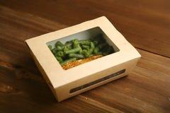 Παράδοση της υγιούς και κατάλληλης διατροφής, των ψαριών και των λαχανικών στη σχάρα σε ένα κιβώτιο Στοκ Φωτογραφία