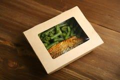 Παράδοση της υγιούς και κατάλληλης διατροφής, των ψαριών και των λαχανικών στη σχάρα σε ένα κιβώτιο Στοκ φωτογραφία με δικαίωμα ελεύθερης χρήσης