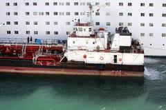 Παράδοση του σκάφους που ανεφοδιάζει σε καύσιμα το μεγάλο άσπρο σκάφος της γραμμής κρουαζιέρας επιβατών Ανεφοδιασμός σε καύσιμα τ Στοκ φωτογραφία με δικαίωμα ελεύθερης χρήσης