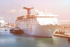 Παράδοση του σκάφους που ανεφοδιάζει σε καύσιμα το μεγάλο άσπρο σκάφος της γραμμής κρουαζιέρας επιβατών Ανεφοδιασμός σε καύσιμα τ Στοκ εικόνες με δικαίωμα ελεύθερης χρήσης