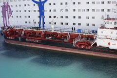 Παράδοση του σκάφους που ανεφοδιάζει σε καύσιμα το μεγάλο άσπρο σκάφος της γραμμής κρουαζιέρας επιβατών Ανεφοδιασμός σε καύσιμα τ Στοκ Φωτογραφίες