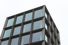 Παράθυρα από ένα κτήριο στο Βερολίνο κατά τη διάρκεια μιας φωτεινής ημέρας στοκ φωτογραφίες