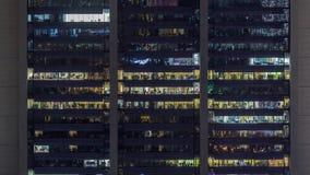 Παράθυρα γραφείων στην πρόσοψη ενός σύγχρονου ουρανοξύστη που παρουσιάζει επιχειρησιακή δραστηριότητα απόθεμα βίντεο