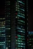 Παράθυρα γραφείων τη νύχτα Στοκ φωτογραφία με δικαίωμα ελεύθερης χρήσης