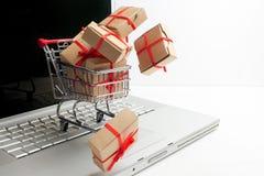 Παράθυρα εγγράφου σε ένα κάρρο αγορών σε ένα πληκτρολόγιο lap-top Ιδέες για το ηλεκτρονικό εμπόριο, μια συναλλαγή της αγοράς ή τη Στοκ Φωτογραφίες