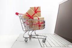 Παράθυρα εγγράφου σε ένα κάρρο αγορών σε ένα πληκτρολόγιο lap-top Ιδέες για το ηλεκτρονικό εμπόριο, μια συναλλαγή της αγοράς ή τη Στοκ εικόνα με δικαίωμα ελεύθερης χρήσης