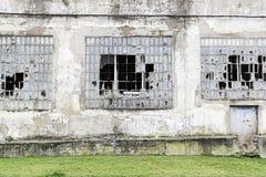 Παράθυρα ενός κτηρίου στις καταστροφές Στοκ εικόνα με δικαίωμα ελεύθερης χρήσης
