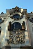 Παράθυρα επάνω από την bas-ανακούφιση στο παλάτι Cantacuzino, Βουκουρέστι, Ρωμαίος Στοκ Φωτογραφίες