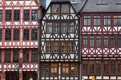 Παράθυρα επάνω στα ιστορικά ευρωπαϊκά σπίτια ύφους στοκ φωτογραφίες με δικαίωμα ελεύθερης χρήσης