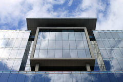 Παράθυρα και αντανακλάσεις, σύγχρονο κτίριο γραφείων. Στοκ Φωτογραφία