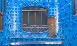 Παράθυρα και μπλε κεραμίδια στο nterior Casa Batllo Στοκ Εικόνες