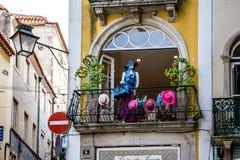 Παράθυρα με τα λουλούδια στη Λισσαβώνα Στοκ εικόνες με δικαίωμα ελεύθερης χρήσης