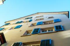 Παράθυρα με τα πράσινα παραθυρόφυλλα στα παλαιά σπίτια στην πόλη, Ζυρίχη, S Στοκ Εικόνα