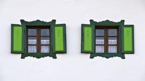 Παράθυρα με τα πράσινα περιθώρια και τα παραθυρόφυλλα Στοκ φωτογραφίες με δικαίωμα ελεύθερης χρήσης
