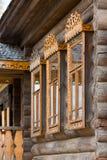 Παράθυρα με τις χαρασμένες ξύλινες περιποιήσεις Στοκ φωτογραφίες με δικαίωμα ελεύθερης χρήσης