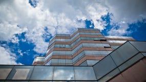 Παράθυρα ουρανοξυστών με την αντανάκλαση του ουρανού Στοκ φωτογραφίες με δικαίωμα ελεύθερης χρήσης