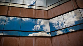 Παράθυρα ουρανοξυστών με την αντανάκλαση του ουρανού Στοκ εικόνα με δικαίωμα ελεύθερης χρήσης