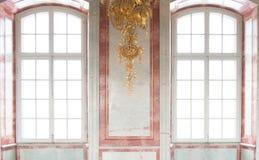 Παράθυρα που διακοσμούνται με τα λουλούδια Στοκ εικόνα με δικαίωμα ελεύθερης χρήσης