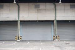 Παράθυρα που προστατεύονται με τα παραθυρόφυλλα κυλίνδρων, σύσταση υποβάθρου στοκ φωτογραφία με δικαίωμα ελεύθερης χρήσης