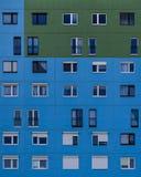 Παράθυρα πολυκατοικίας Στοκ φωτογραφία με δικαίωμα ελεύθερης χρήσης