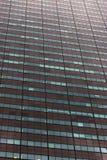 Παράθυρα σε έναν μεγάλο ουρανοξύστη Επίπεδος τοίχος Λεκιασμένο υπόβαθρο επιφάνειας με τα παράθυρα Στοκ φωτογραφία με δικαίωμα ελεύθερης χρήσης
