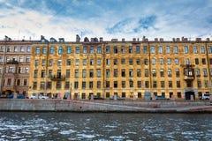 Παράθυρα στην πολύ παλαιά φωτογραφία οικοδόμησης Πετρούπολη Άγιος Στοκ εικόνα με δικαίωμα ελεύθερης χρήσης