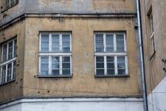 Παράθυρα στην πρόσοψη ενός παλαιού εγκαταλειμμένου σπιτιού στοκ φωτογραφίες με δικαίωμα ελεύθερης χρήσης