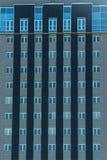 Παράθυρα στην πρόσοψη ενός multi-storey κτηρίου Στοκ Εικόνες
