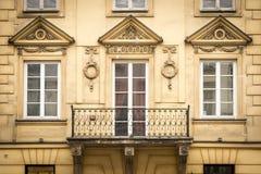 Παράθυρα στο παλαιό κατοικημένο κτήριο στο ευρωπαϊκό ύφος Στοκ φωτογραφία με δικαίωμα ελεύθερης χρήσης
