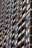 Παράθυρα στο φραγμό διαμερισμάτων πολυκατοικίας Στοκ Φωτογραφία