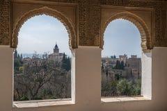 Παράθυρα της Νίκαιας και μια άποψη του αρχαίου αραβικού παλατιού Alhambra Γρανάδα Ισπανία Στοκ Εικόνες
