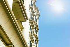 Παράθυρα του εκλεκτής ποιότητας διαμερίσματος με το φως του ήλιου Στοκ Εικόνα